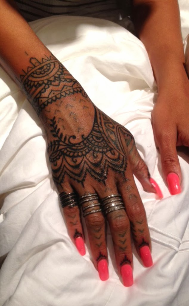 rihanna gets new henna inspired tattoo jestina george. Black Bedroom Furniture Sets. Home Design Ideas