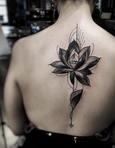 Um estilo abstrato lotus tatuagem para mais um design único. Uma flor de lótus tem significados diferentes, dependendo de sua cor, mas em geral, é associado com a pureza espiritual e a iluminação.