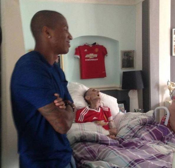 Muere después de que los jugadores del Manchester lo visitaran