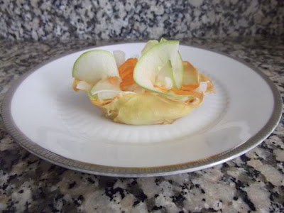 Cestitas de patata con ensalada de manzana y zanahoria