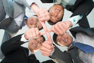 Acuerdo partes y trabajo en equipo, dedos unidos