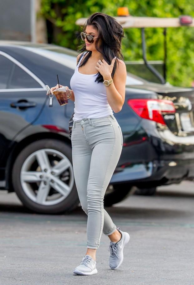 Kylie Jenner com look jeans e tênis