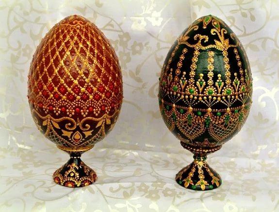декор пасхальный, декор яиц, Пасха, подарки пасхальные, рукоделие пасхальное, яйца, яйца пасхальные, яйца пасхальные декоративные, роспись, роспись точечная, оформление красками, оформление росписью, Такие прекрасные декоративные яйца вы можете изготовить самостоятельно, даже если не имеете способностей к рисованию. Основная задача — перенести на яйцо-заготовку контур понравившегося рисунка. Это можно сделать с помощью шаблонов и простого карандаша. Но для начала вам нужно загрунтовать яйцо и покрасить его в желаемый цвет. После высыхания заготовки нанесите контуры рисунка, а затем берите краски нужного цвета, тонкую кисть и начинайте наносить аккуратные точки и штрихи. Не забывайте делать промежуточные просушки точек, чтобы краски случайно не смешались и не смазались. Последовательность нанесения точек вы можете рассчитать самостоятельно, в зависимости от сложности рисунка.