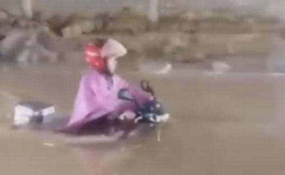 Video Emak-Emak Terjang Banjir Besar Dengan Motor