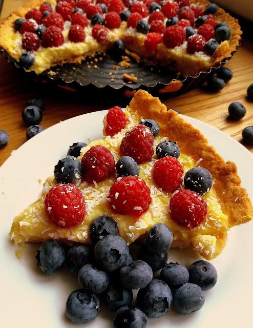 Tarta z domowym budyniem i owocami przepis