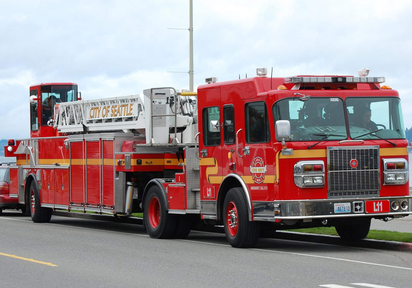 City Of Seattle Fire Department Hook And Ladder Fire Trucks Fire Apparatus Emergency Vehicles