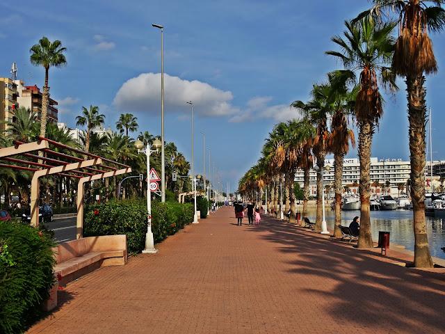 promenada wzdłuż mariny w porcie w Alicante Costa Blanca