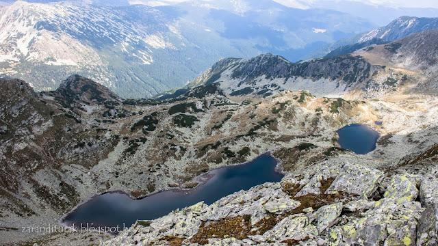 Nagy-Kusztura és Kis-Kusztura tavak a Kusztura csúcsáról a Retyezát-hegységben