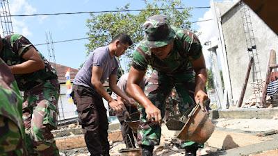 Prajurit TNI-Polri Bantu Pembangunan Rumah Warga di Sumbawa Barat