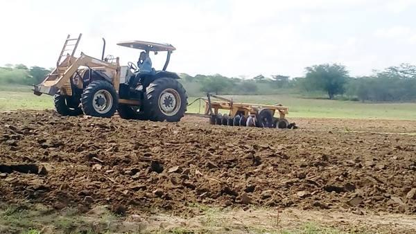 Prefeitura inicia corte de terra para agricultores de Japi