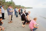 Sekda Selayar Bersama Tim CCRES Lepas Puluhan Ekor Tukik Penyu
