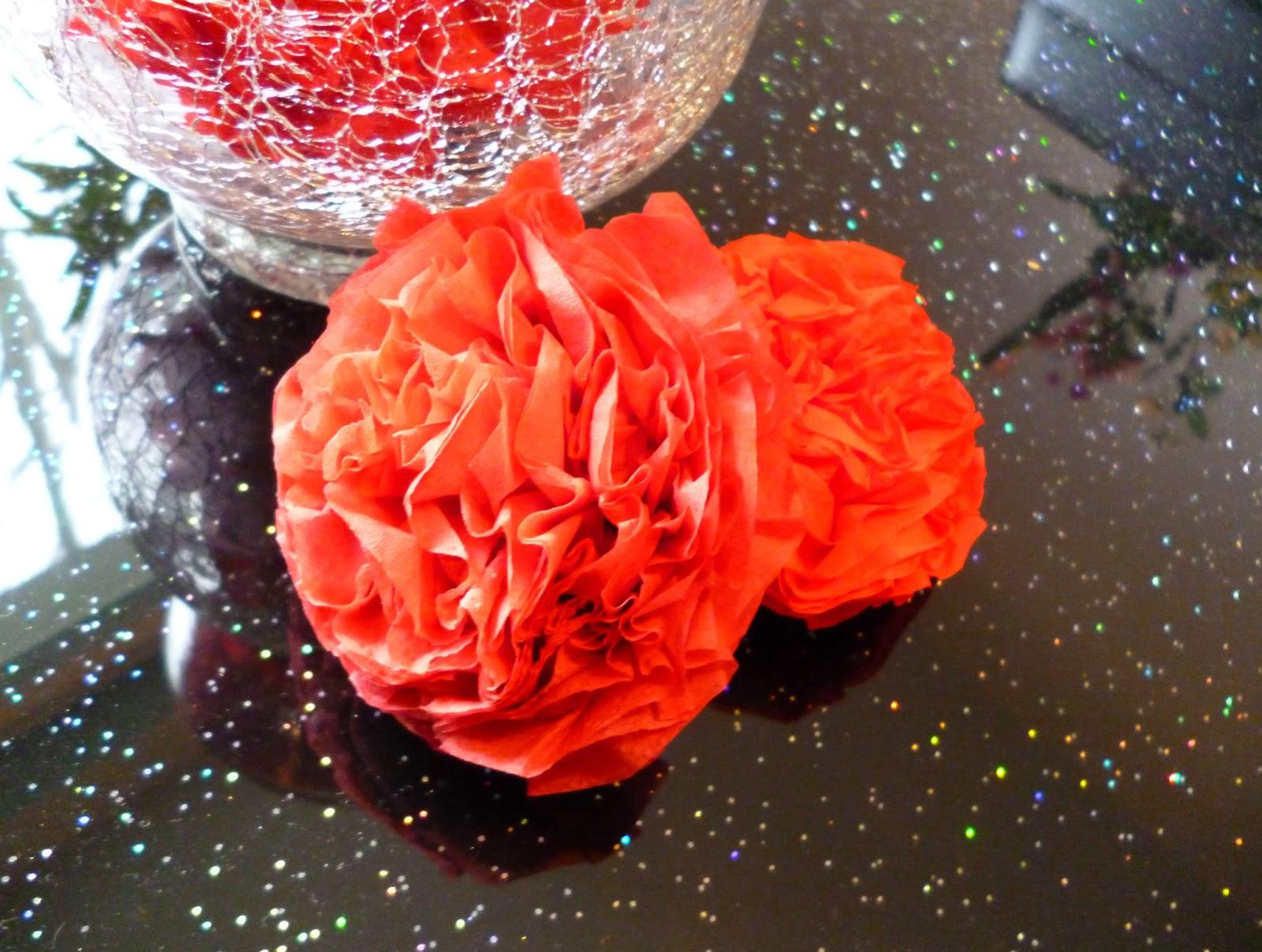 diy rosen tischdeko aus servietten tiamel. Black Bedroom Furniture Sets. Home Design Ideas