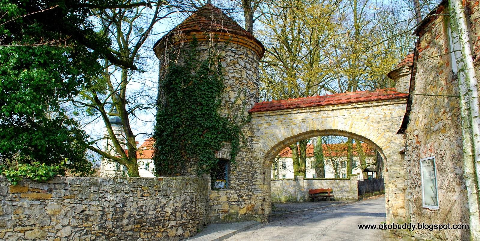 Budynek bramy przy pałacu w Żyrowej