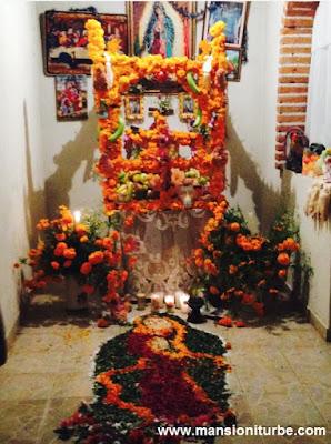 Altar de Muertos en la Isla de la Tecuena, en el Lago de Pátzcuaro