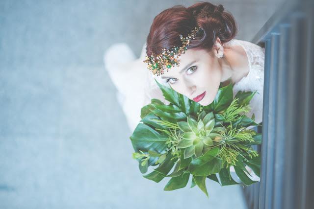 Bukiet ślubny z liściami monstery i sukulentami