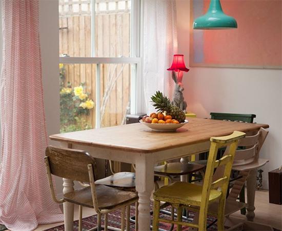 mesa com cadeiras diferentes