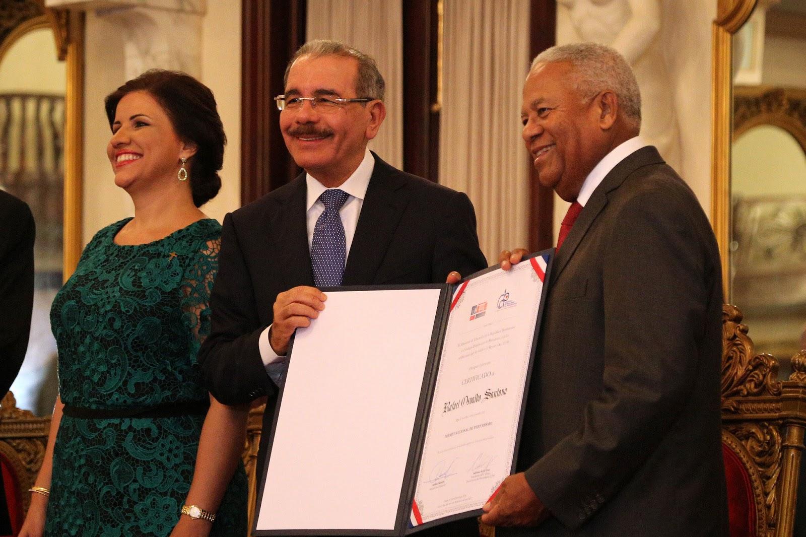 VIDEO: Presidente Danilo Medina entrega Premio Nacional de Periodismo 2017 a Osvaldo Santana