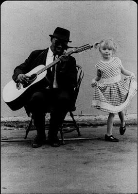 Άνδρας παίζει blues και ένα κοριτσάκι δίνει τον ρυθμό - Bluesman and girl dancing