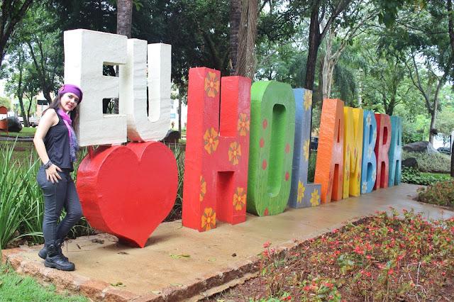 Letreiro de Holambra, na Praça dos Coqueiros, em Holambra, São Paulo.