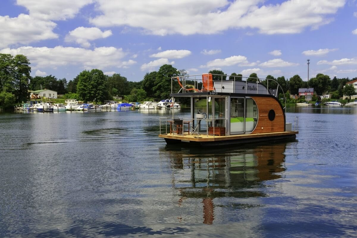 15-Outshining-all-other-Boats-Nautino-Tiny-Houseboat-Architecture-on-the-Water-www-designstack-co