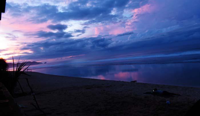 Menjelang Pagi di Pantai Sepanjang