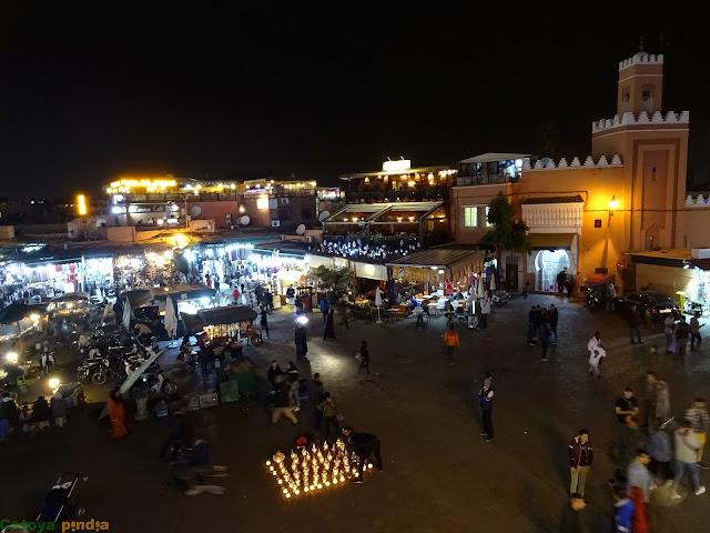 Disfrutando de la noche en la Plaza Jemmá el Fna en Marrakech