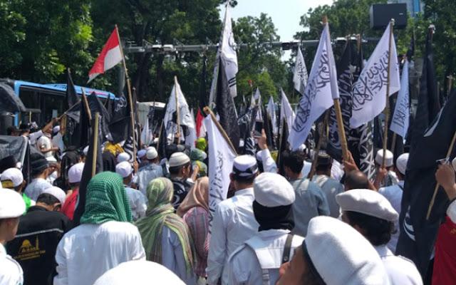 Puluhan Ribu Umat Islam Desak Polri Usut Tuntas Pembakar Bendera Tauhid