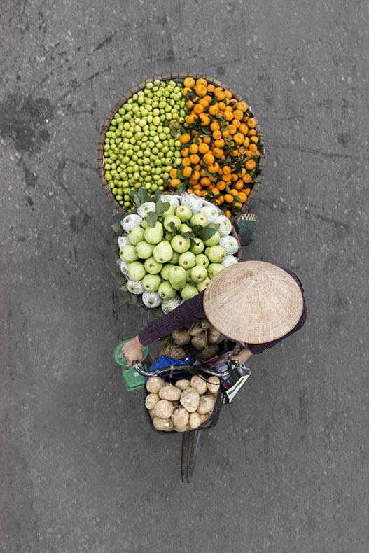 Fotógrafa pasa días en los puentes para fotografiar a los vendedores ambulantes en Vietnam