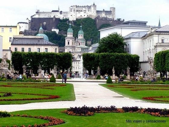 vistas del Castillo Hohensalzburg desde los jardines del Palacio de Maribell, Salzburgo, Austria