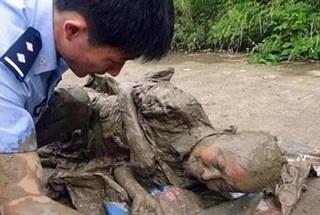 Duh Kasihan Banget Nasib Kakek Tua ini, Nyawanya Hampir Hilang Gara-Gara Memulung Sampah Untuk Makan. Seperti ini Kejadiannya
