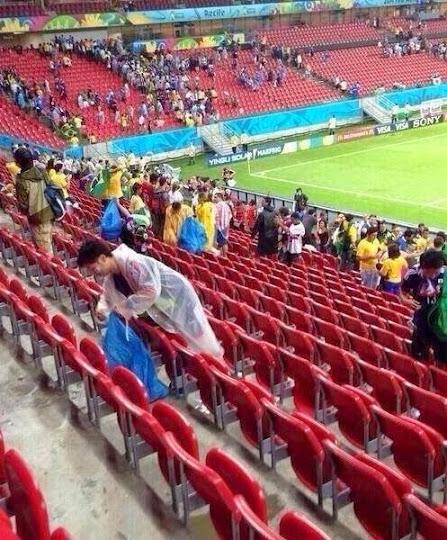 Salut: Penonton Jepang Bersihkan Sampah Stadion Piala Dunia 2014