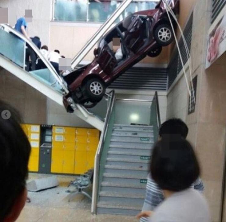 Conductora coreana estrella coche en escaleras de hospital
