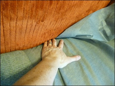grampeando tecido no sofa