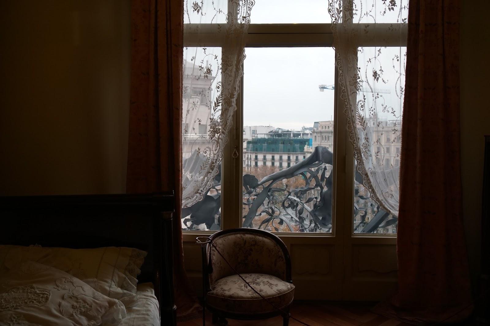 カサ・ミラ(Casa Milà) 窓から見えるテラスにある海藻のような鉄の手すり