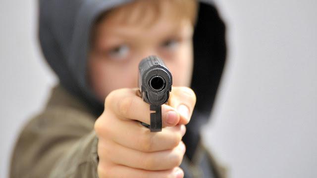 EE.UU.: Un niño de 4 años dispara en la cara a su madre embarazada de ocho meses