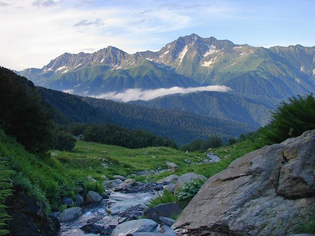 Вид с Ачишхо от водопада Братья на гору Чугуш