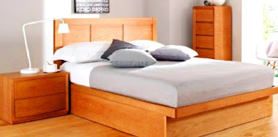 Menghias kamar tidur yang sempit dengan meja rias juga sebagai nakas