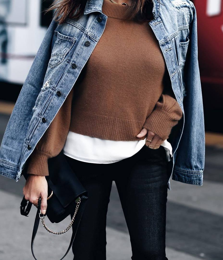 layered outfit idea to wear this fall : denim jacket + white tee + brown sweater + black skinnies + bag