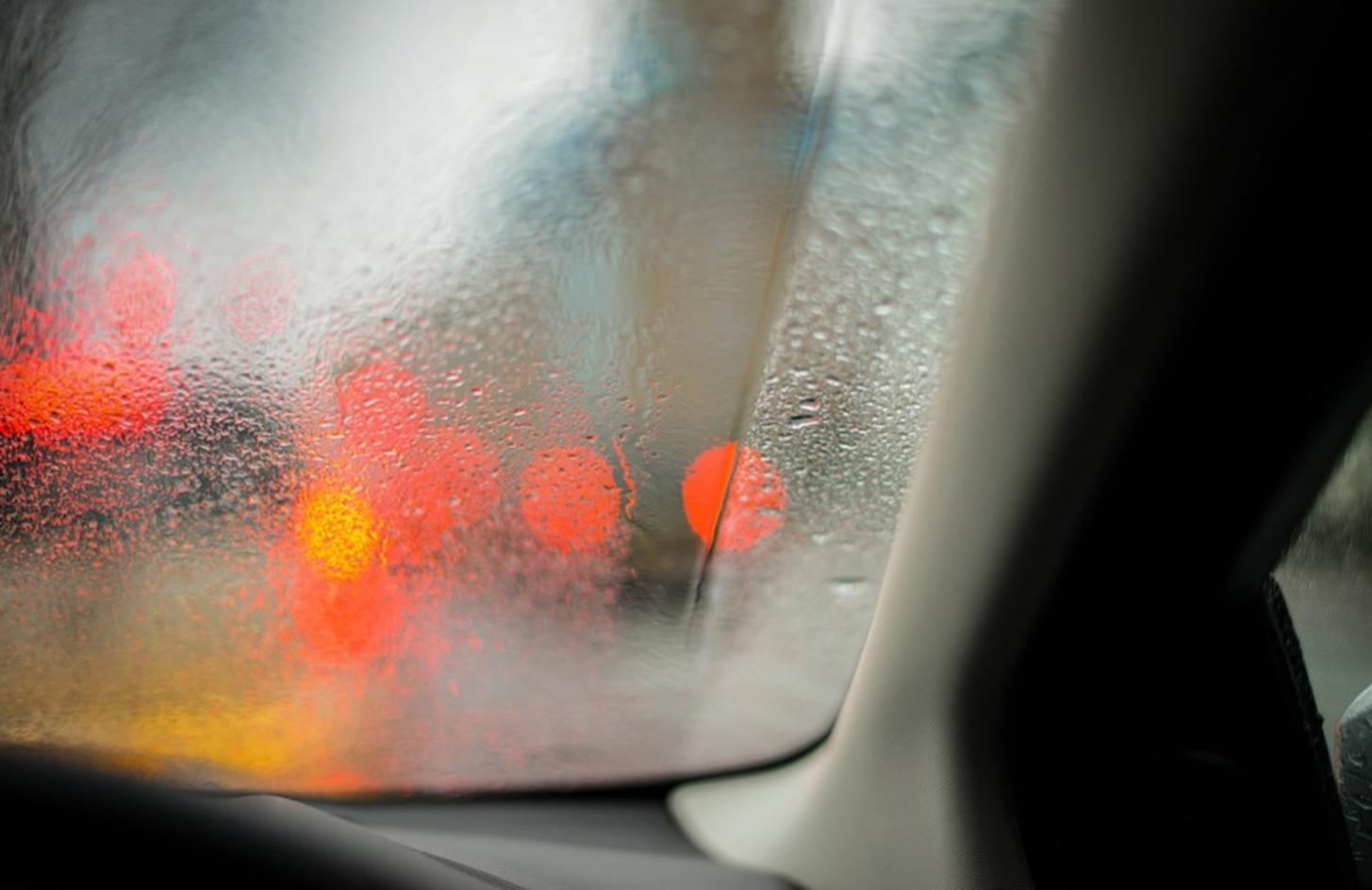 Cara Menghilangkan Embun di Kaca Mobil Pada Saat Hujan