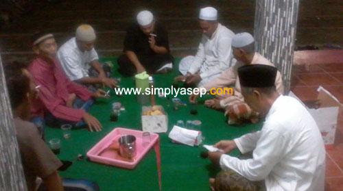 DISKUSI RINGAN :  Sebagian pengurus harian Masjid Babussalam Duta Bandara Kubu Raya menggelar diskusi ringan baik tentang amaliah ramadhan maupun akrititas harian selama Ramadhan. Foto Asep Haryono