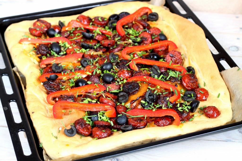 hiszpańska pizza z chorizo