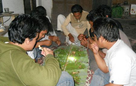 Makan Ayam goreng bersembilan di atas daun pisang! Mantab jaya!
