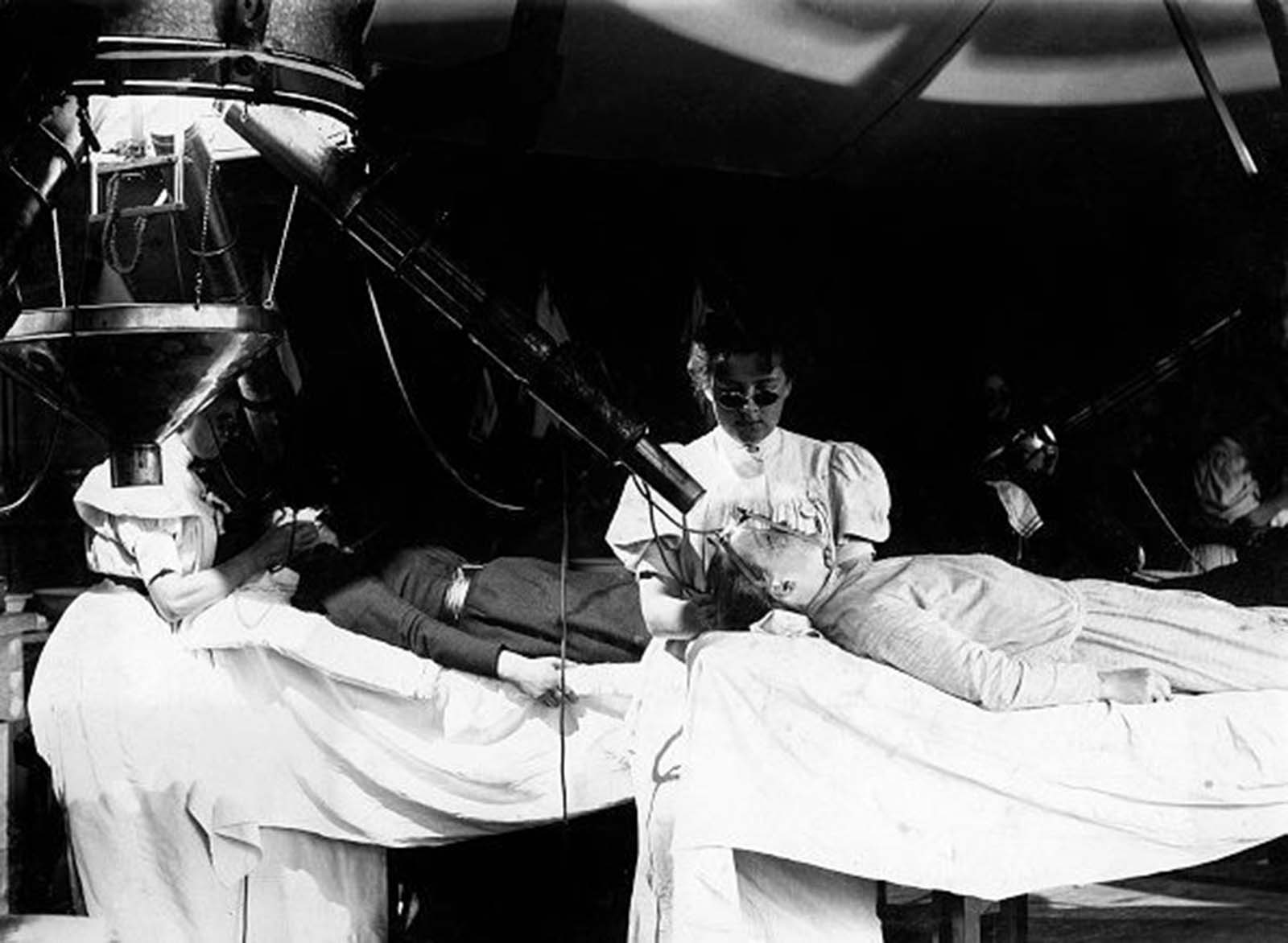 Health cure in the Institut Finsen, Copenhagen, Denmark. Patients getting treatment with electric light. 1900s.