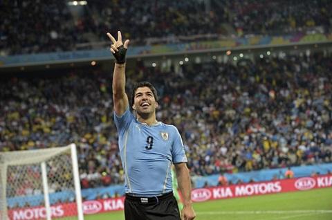 Suarez ăn mừng bàn thắng trong màu áo ĐTQG Uruguay.