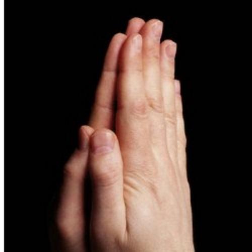 Mãos orando. #PraCegoVer