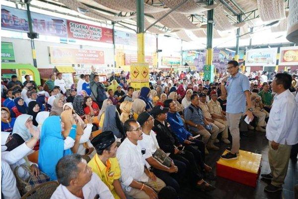 Tak Punya Uang, Prabowo - Sandi Ganti Panggung dengan Kardus