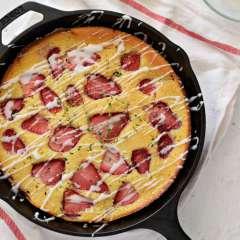 Receta para preparar bizcocho de fresas y tomillo en sartén de hierro