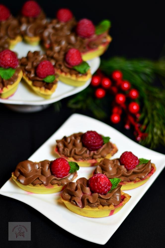 https://www.caietulcuretete.com/2016/12/tarte-cu-zmeura-si-crema-de-ciocolata.html