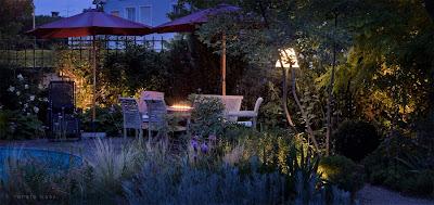 Outdoor Stehleuchte schafft einen gemütlichen Raum am Abend zum Essen und Feiern oder einfach nur genießen - Beleuchtung Garten - Beleuchtung Sitzplatz - Licht iim Garten - Gertenlicht