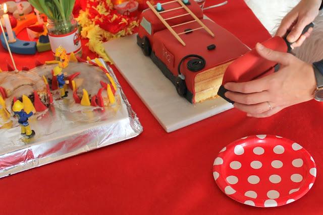 Feuerwehr Geburtstag Kindergeburtstag Feuerwehrmann Sam Jules kleines Freudenhaus Snacks Feuerwehrkuchen Jupiter Fuerwehrauto